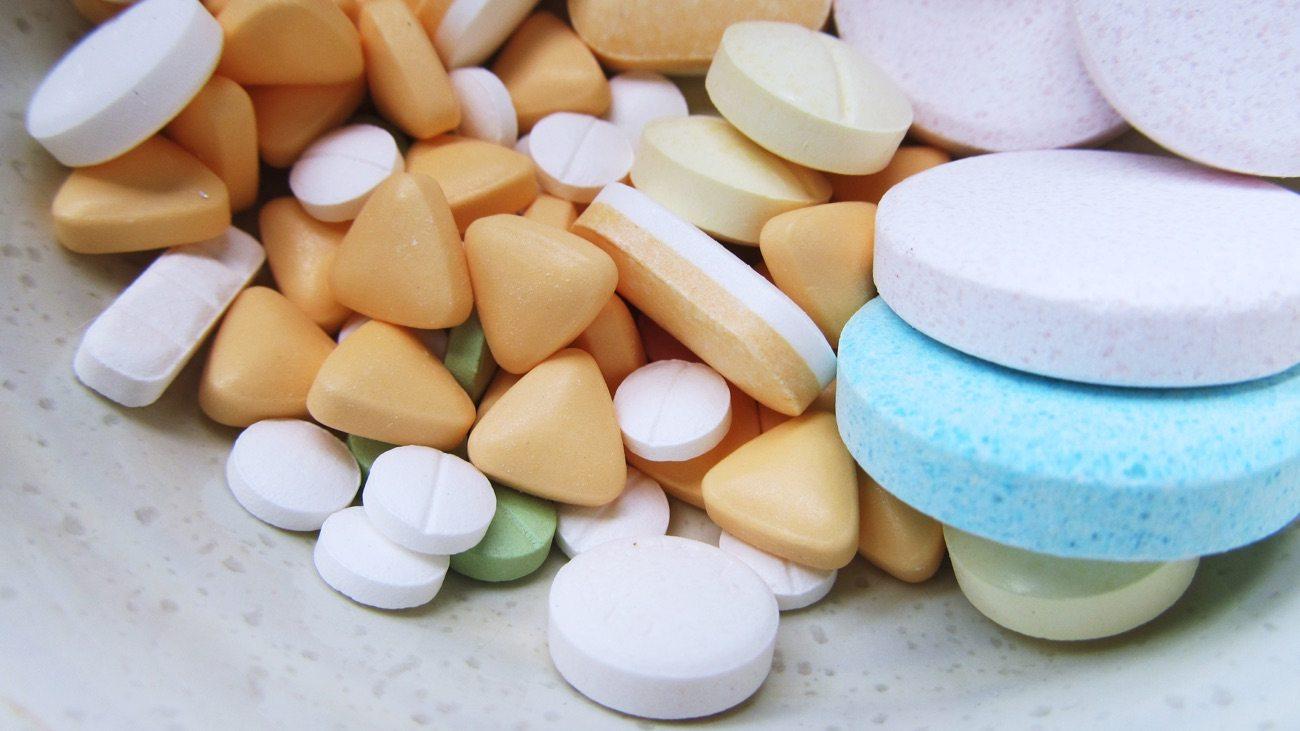 Ácido fólico na gestação - comprimidos amarelos e brancos, redondos e triangulares