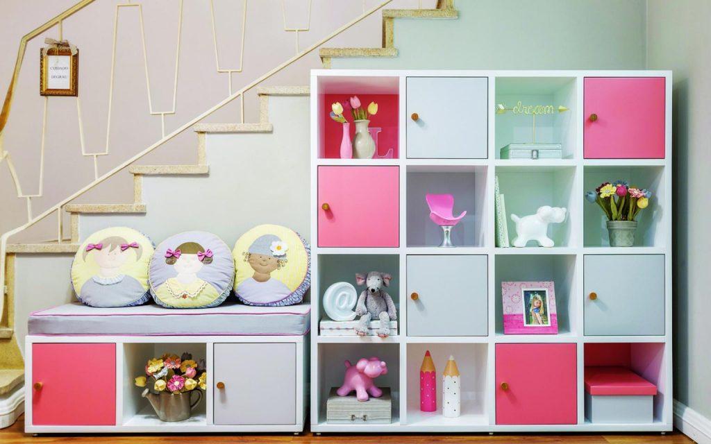 Prateleiras com nichos rosas e roxos
